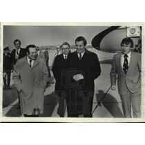 1977 Press Photo Walter Mondale with others at airport in Milwaukee, Wisconsin