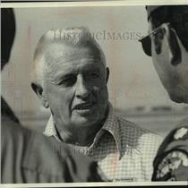1978 Press Photo Robert (Silver Fox) Stephens talks to fellow pilots.