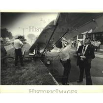1982 Press Photo Plane runs out of fuel, lands on street in Milwaukee