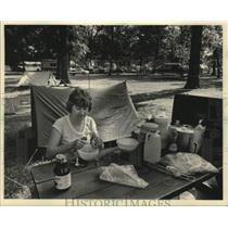 1983 Press Photo Dorothy Decker prepares food in EAA Camp Scholler, Wisconsin