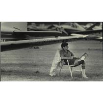 1985 Press Photo Dan Ruleman sitting under wing of his Beechcraft, Oshkosh