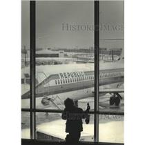 1985 Press Photo A young traveler at Milwaukee's Mitchell Field airport