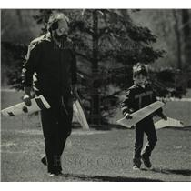 1986 Press Photo Todd Rapczyk & his father play with glider near McKinley Marina