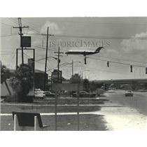1980 Press Photo A jetliner appears along Veterans Memorial Boulevard in Kenner