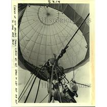 1985 Press Photo A view looking up into a hot air balloon & its air mechanisms