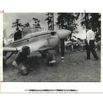 1986 Press Photo Men examine Houston Metro Traffic plane set down in city park