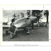 1986 Press Photo Houston traffic reporter Dale Hadley next to plane in city park
