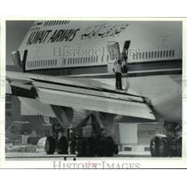 1993 Press Photo Kuwait Airways crew examines wing damage - hca43251