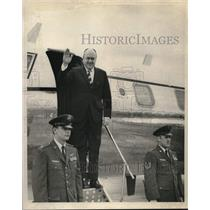 1970 Press Photo Secretary Laird waves goodbye as he leaves New Orleans Airport