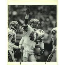 1989 Press Photo Atlanta Falcons football player Tim Gordon after interception