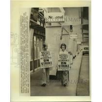 1975 Press Photo National Airline stewardesses picket at Miami International