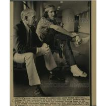 1975 Press Photo Portland Trail Blazers Basketball Star Bill Walton & Attorney