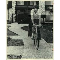 1975 Press Photo San Antonio Spurs Basketball Player Bobby Warren on Bicycle