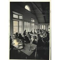 1991 Press Photo Scouts eating lunch in camp dining hall at Alice Chester Center