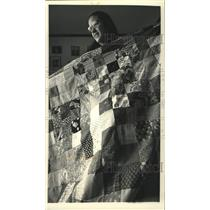 1992 Press Photo Girl Scout Elizabeth Lovance sewed a charm quilt for an event