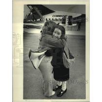 1985 Press Photo Deborah Shannon hugs Caroline O'Reagan at Albany, NY airport