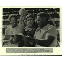 1983 Press Photo San Diego Chargers Coach Dave Levy with Three Veteran Lineman