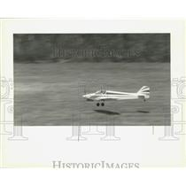 1993 Press Photo Mike Labue's Ultra Sport model plane coming in to land