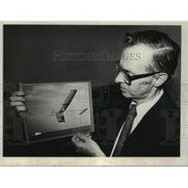 1981 Press Photo Dr. Paul MacCready shows photo of aircraft in New York