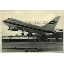 1985 Press Photo United Arab Emirates 747 jumbo jet takes off at Albany Airport