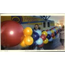 1993 Press Photo Custom Balloons workers with Balloon bridge, Rainbow Summer, WI