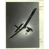 1982 Press Photo Gordon Cross pilots Ultralight power glider, Manvel, Texas