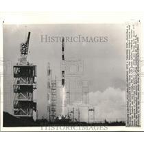 1959 Press Photo Vanguard rocket shoots from launch pad at Cape Canaveral, FL