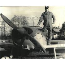 1979 Press Photo Ted Hendrickson beside his home-built Emeraude plane