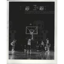 1975 Press Photo Milwaukee Bucks basketball's Bob Dandridge makes winning shot