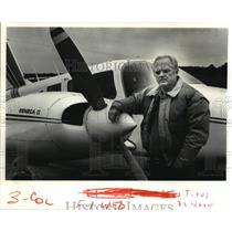 1986 Press Photo Owner Of Aircraft Sales Company Titus O. Blaxton Next To Plane