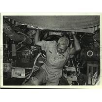 1989 Press Photo Mechanic working on a B-29 airplane, Alabama - amra03690