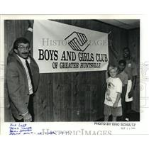 1990 Press Photo Richard Loeb Hold Boys And Girls Club Banner With Youngsters
