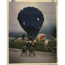 1990 Press Photo Hot Air Balloons and Balloonists at Crossroads Mall Competition