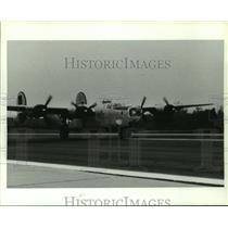 1991 Press Photo B-24 Bomber Airplane Taking on Runway, Alabama - amra04742
