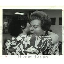 1991 Press Photo Senior citizen spelling bee champ Peggy Buhlman hugs Susan Hsu