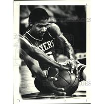 1980 Press Photo Philadelphia 76ers Julius Irving hits floor chasing loose ball