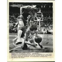 1980 Press Photo Boston Celtics Chris Ford dives for ball vs Lionel Hollins