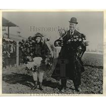1908 Press Photo Charles Ellison Holds Heaslip Cup after his Horse Wins Temaceo