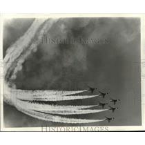 Press Photo Air Demonstration Thunderbird planes complete a Wedge Loop