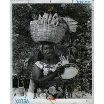 1975 Press Photo Jamaican Woman Selling w Fruit Baskets - RRX70317