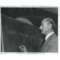 1976 Press Photo Veteran Pilot Psychologist Cumming Conduct Seminar Fearful