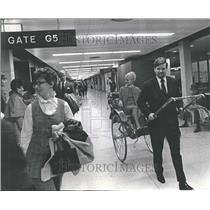 1970 Press Photo Travelers OHare Airport John Sullivan - RRV98119