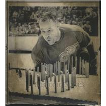 1968 Press Photo Red Wings' Gordie Howe blows out candle on cake - RSH36095