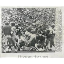 1953 Press Photo Eagle fullback Al Pollard throws punches with Charlie Powell of
