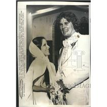 1975 Press Photo Atlanta Falcons QB Steve Bartkowaki & new bride JoDe Wilson