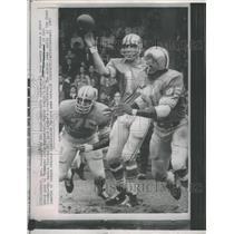 1979 Press Photo Greg Landry throws short swing pass to Altis Taylor.
