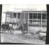 1961 Press Photo Artist scaffold collapse hare airport - RRV42777