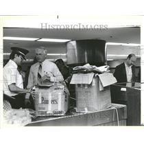 1985 Press Photo Airport officials discuss box contents - RRV44631