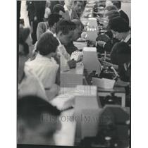 1966 Press Photo Busy Ticket Counters At O'Hare Airport - RRU80641