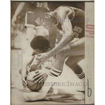 1974 Press Photo LA Lakers Jim Price gaining control of ball from the floor